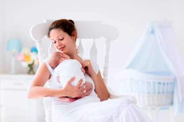 devo acordar o bebê para mamar?